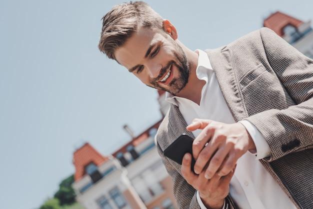 Le idee sono facili da implementare è difficile, un uomo dai capelli castani serio sta guardando nel suo telefono mentre