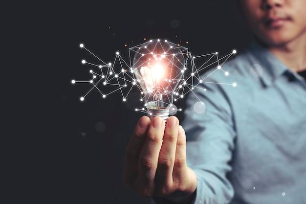 Idee che si illuminano con conoscenze innovative e concetti di risparmio energetico