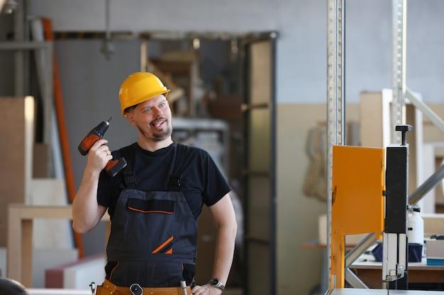 Lavoratore idiota che usando il ritratto del trapano elettrico