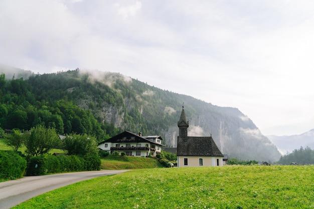 Chiesa idilliaca in mattinata nelle alpi