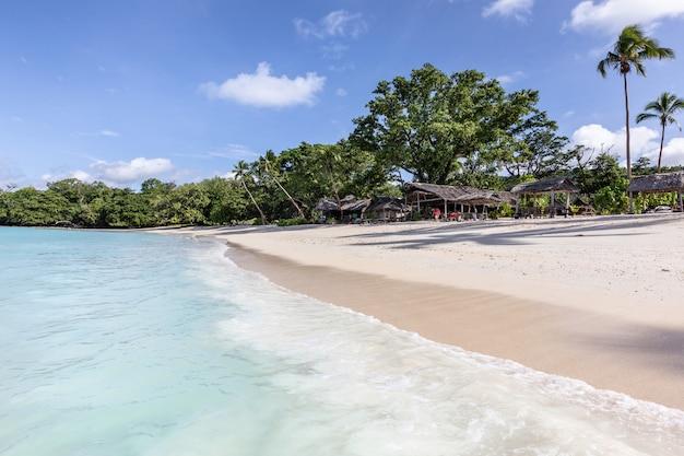 Laguna idilliaca del blu della spiaggia di sabbia