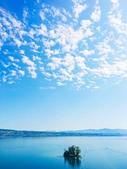 Idilliaco paesaggio svizzero vista sul lago di zurigo a wollerau cantone di svitto in svizzera zurichsee mo...