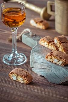 Cantuccini biscotti italiani con un bicchiere di vino da dessert italiano, vin santo