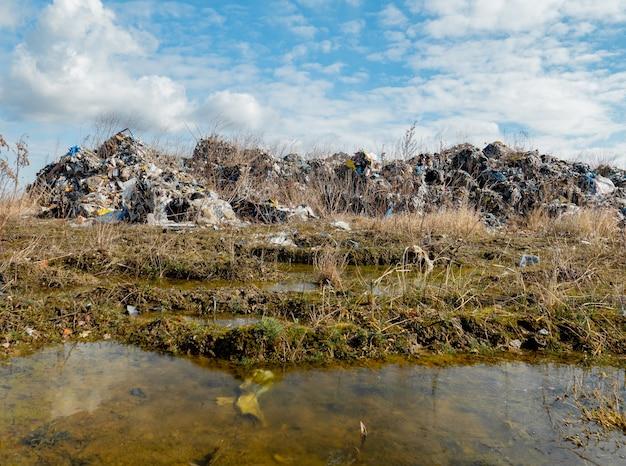 Discarica di plastica illegale. la plastica tossica esportata dalla germania viene raccolta nelle cave vuote della polonia e non viene riciclata.