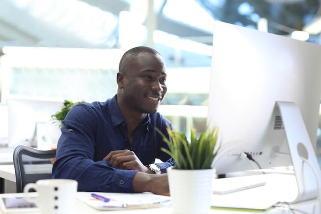 Immagine dell'uomo d'affari afroamericano che lavora al computer.