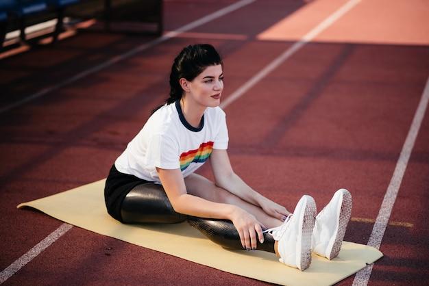 L'immagine della donna di sport disabile forte incredibile fa esercizi sportivi in palestra.