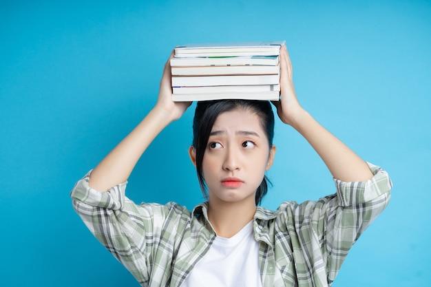 Immagine di studente asiatico su sfondo blu blue