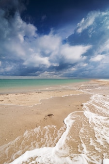 Immagine della spiaggia e del cielo drammatico.