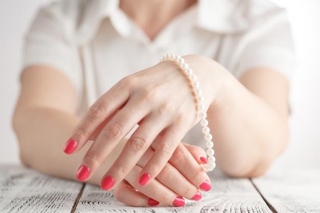 Immagine di belle unghie e dita di donna