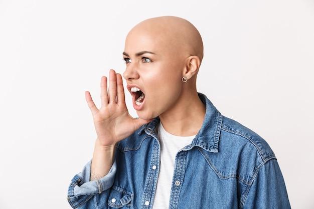 Immagine di una bella donna calva arrabbiata di grido in posa isolata.