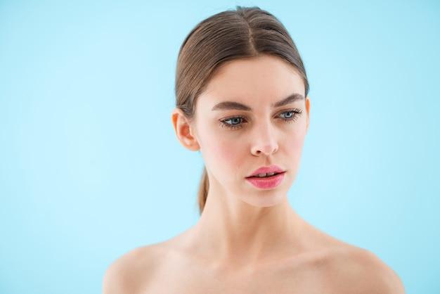 Immagine della bella giovane donna in posa isolata.
