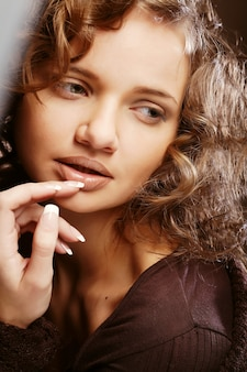 Immagine di bella giovane donna con i capelli ricci