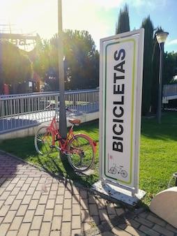 Immagine del cavalletto per il noleggio di biciclette con un cartello in spagnolo