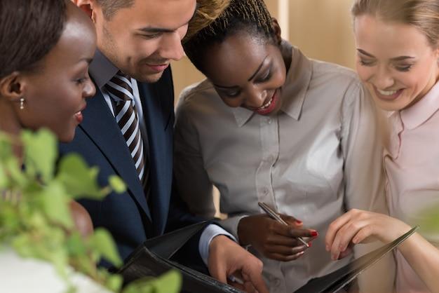Immagine di partner commerciali che discutono di documenti e idee alla riunione Foto Premium