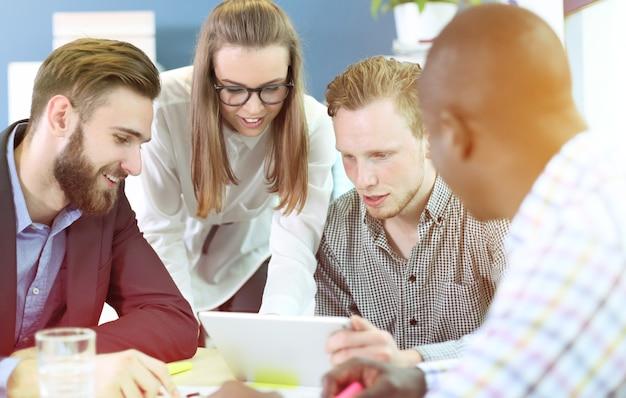 Immagine di partner commerciali che discutono documenti e idee durante la riunione