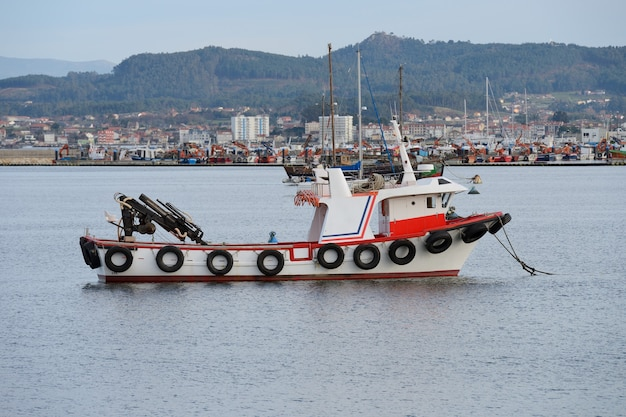 Immagine di una barca da pesca commerciale in mare