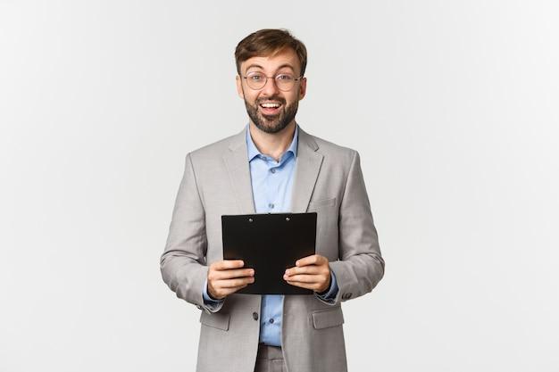 Immagine di uomo d'affari fiducioso sorpreso e felice in abito grigio e occhiali