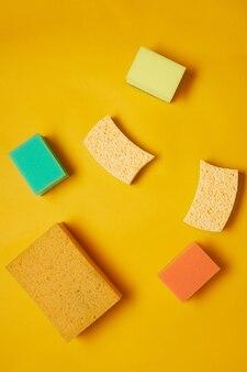 Immagine di diverse spugne colorate per lavori domestici isolati