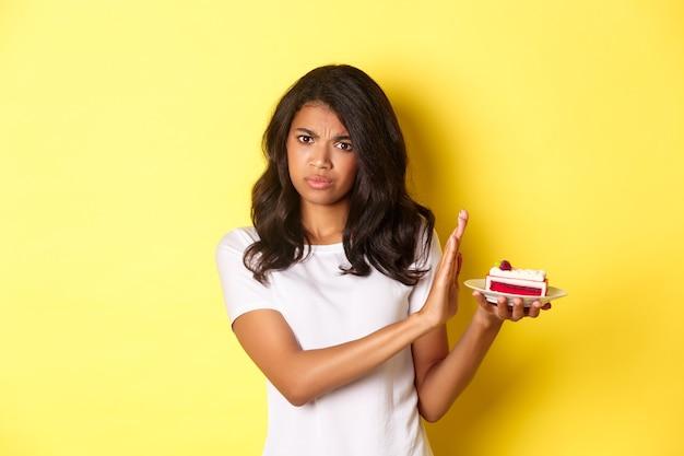 L'immagine della ragazza scontenta rifiuta di mangiare una torta