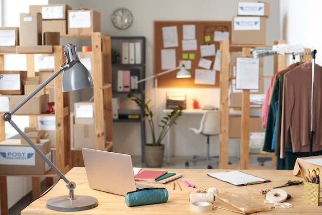 Immagine del posto di lavoro vuoto con laptop e documenti in ufficio moderno
