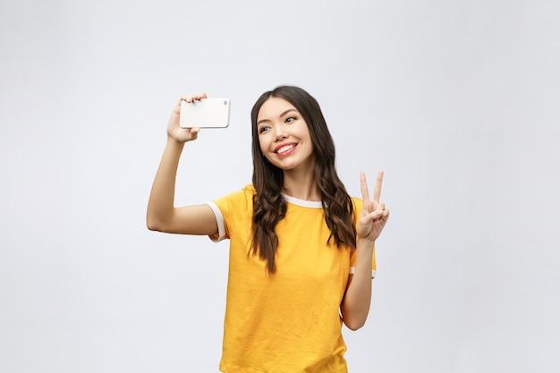 Immagine di giovane donna felice eccitata