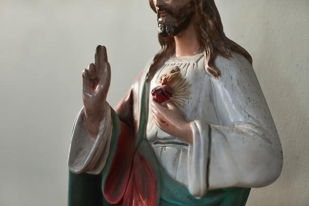 Immagine della famosa scultura in piedi nella chiesa