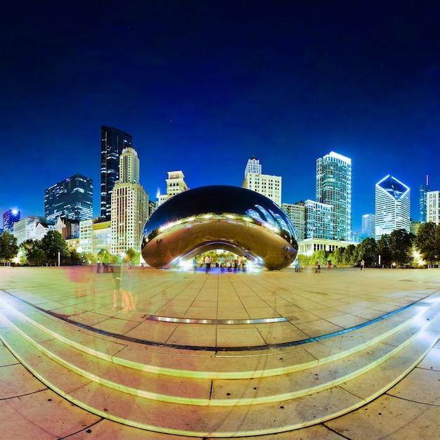 Immagine della vista fish-eye di the bean con lo skyline di chicago sullo sfondo di notte