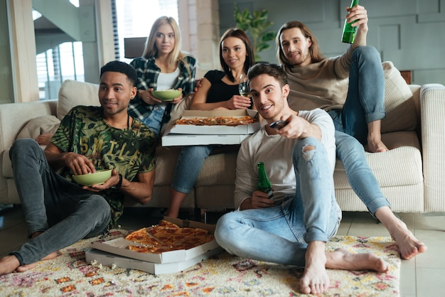 Immagine di cinque amici che guardano la tv