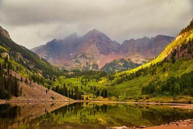 Immagine della vista nebbiosa in autunno delle maestose montagne di campane marroni in colorado