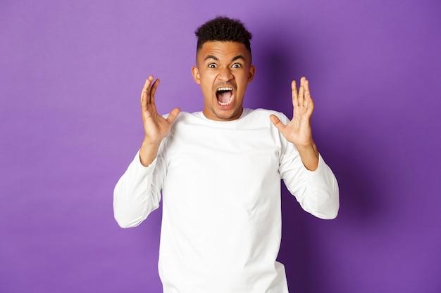 Immagine di un uomo frustrato, che grida e sembra arrabbiato, che perde la pazienza per la rabbia