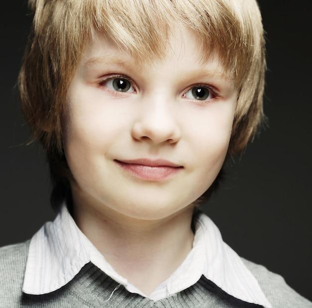 Immagine di giovane ragazzo divertente su sfondo grigio