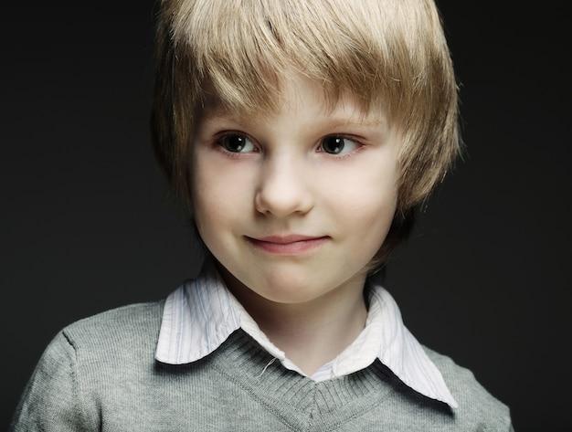 Immagine di giovane ragazzo divertente su grigio