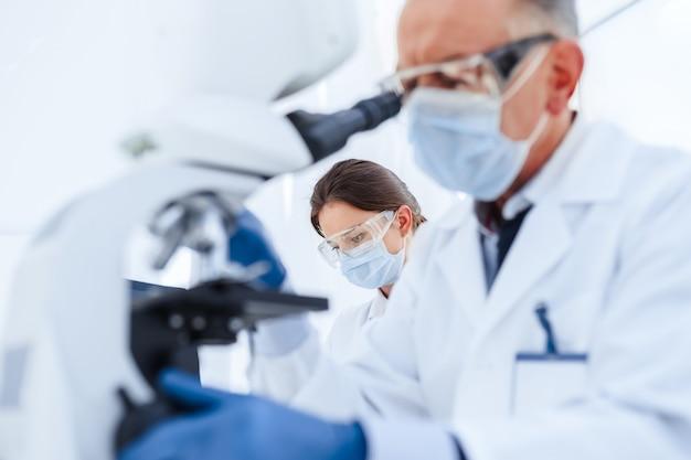 Immagine di un gruppo di scienziati che lavorano conducendo ricerche in un laboratorio medico. foto con copia-spazio.