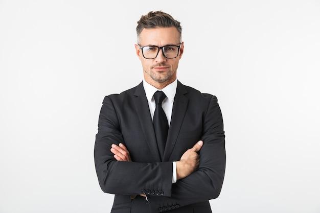 Immagine di un bell'uomo d'affari isolato sopra la posa del muro bianco.