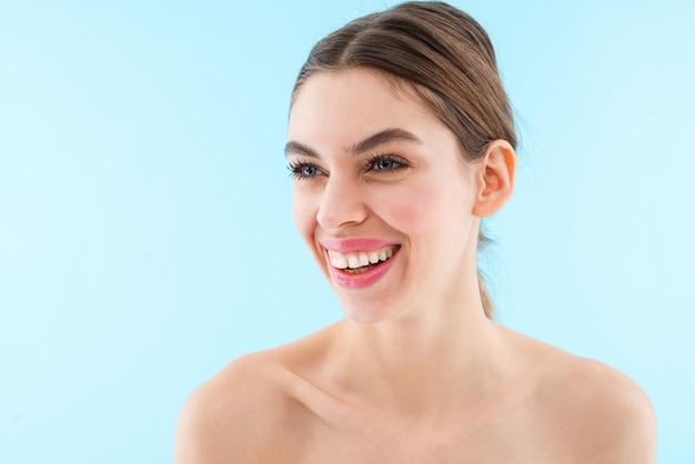 Immagine di felice allegra bella giovane donna in posa isolata.