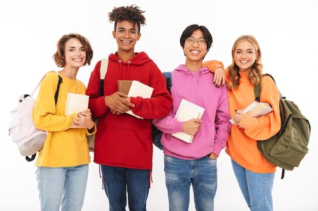 Immagine di un giovane gruppo felice di studenti di amici in piedi isolato, in posa.