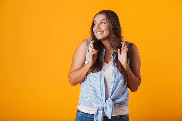 Immagine di una giovane donna felice che mostra gesto di speranza.