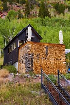 Immagine della casa in montagna con pareti di alloggi di tronchi