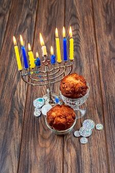 Immagine della festa ebrea hanukkah sfondo con menorah candelabri tradizionali e candele accese