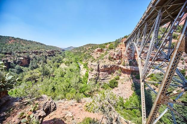 Immagine del grande ponte in acciaio attraverso il canyon nelle montagne del deserto