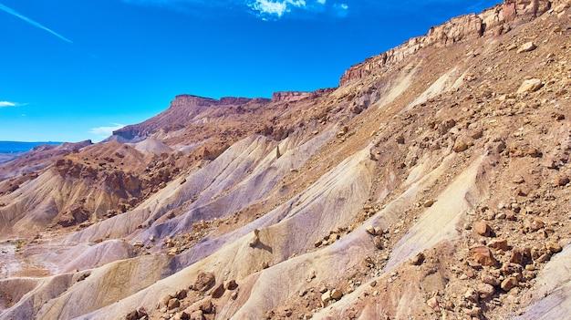 Immagine del dettaglio di grandi montagne abbronzate ripide