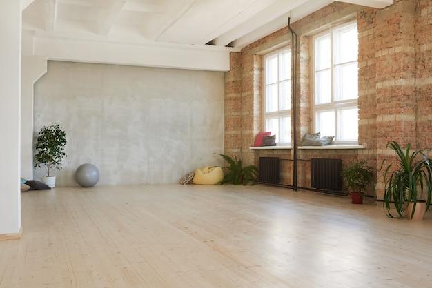 Immagine del moderno studio di danza vuoto nel club della salute