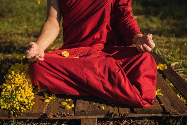 Immagine di un monaco che medita all'aria aperta.