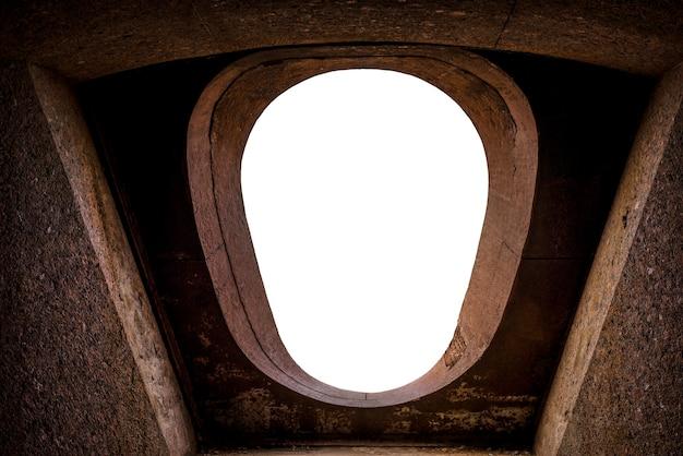 Immagine di una finestra ovale nella fortezza di fort constantine, kronstadt.