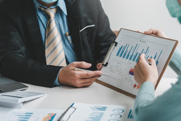Tema di presentazione dell'immagine aziendale utilizzando un grafico di persone in ufficio.