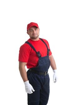 Immagine di un uomo muscoloso sorridente che propone in vestito del lavoratore