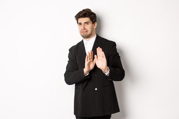 Immagine di un bell'uomo elegante in abito nero