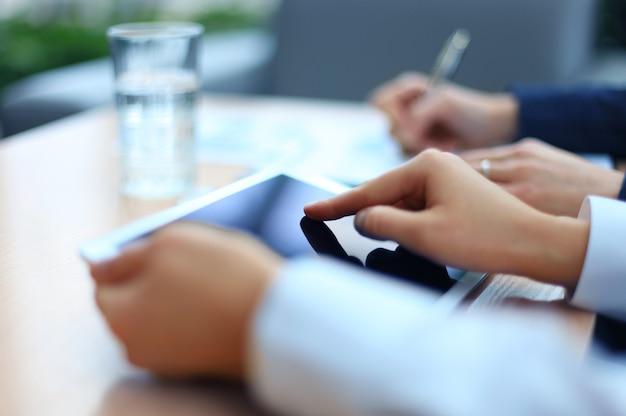 Immagine di due giovani uomini d'affari che usano il touchpad durante una riunione