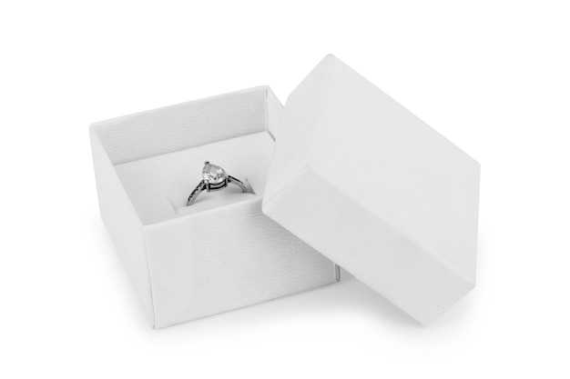 Immagine di fedi nuziali in una confezione regalo su sfondo bianco