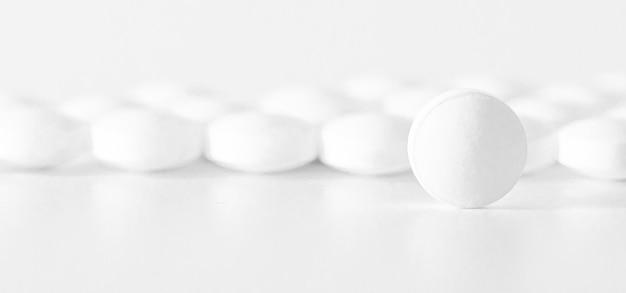 Immagine di pillole bianche su sfondo bianco. concetto di medicina,